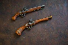 Deux pistolets de duel de vintage sur le fond en bois image libre de droits