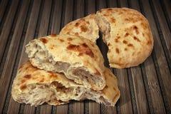 Deux Pita Bread Torn Loafs Set sur le vieux tapis d'endroit en bois Image stock