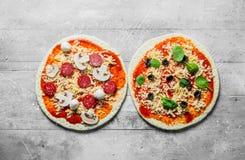 Deux pizzas crues différentes photographie stock libre de droits