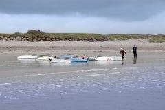 Deux planches à voile finissant après course et ressac Image libre de droits