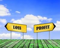 Deux plaques de rue de profits et pertes avec le beau ciel bleu avec nuageux images libres de droits