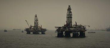 Deux plates-formes pétrolières près de secteur d'ancrage de Singapour photo libre de droits