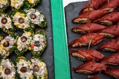 Deux plats avec des casse-croûte sur une table de buffet canap avec l'omelette rouge bourrée du thon Images libres de droits