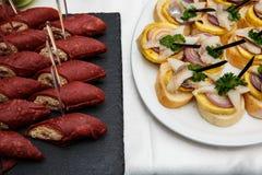 Deux plats avec des casse-croûte sur une table de buffet La sélection de la bruschette savoureuse ou les canapes sur la baguette  photos libres de droits