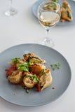 Deux plats de pâtes de coquilles Photo libre de droits