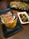 Deux plats de servir de boulettes de gyoza chaud image libre de droits