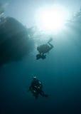 Deux plongeurs autonomes Photos stock