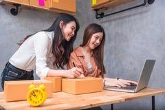 Deux PME de démarrage d d'entrepreneur de petite entreprise de jeunes asiatiques images stock