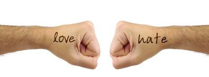 Deux poings d'hommes avec des mots de HAINE d'AMOUR Confrontation Photographie stock