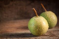 Deux poires vertes dans la lumière de soirée Photo stock