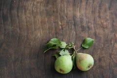 Deux poires vertes sur un fond en bois, de nourriture végétarienne, portent des fruits Image libre de droits