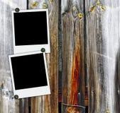 Deux polaroïds en blanc sur le vieux fond en bois Photos stock