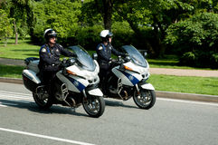 Deux policiers conduisant des motos Photo stock