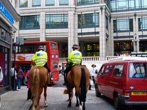 Deux policiers patrouillant la rue de Londres Image stock