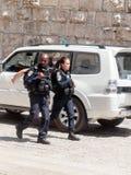 Deux policiers patrouillent les rues dans la vieille ville de Jérusalem, Israël photographie stock libre de droits