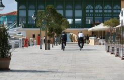 Deux policiers sur des bicyclettes photographie stock