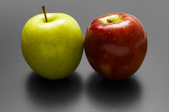 Deux pommes colorées images libres de droits