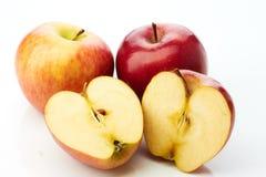 Deux pommes et moitiés d'isolement sur le blanc Photo libre de droits