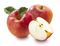 Deux pommes et quarts rouges d'isolement sur le fond blanc Images libres de droits