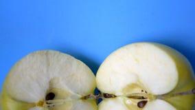 Deux pommes fraîches de moitiés clips vidéos