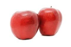Deux pommes rouges d'isolement sur le fond blanc Image libre de droits