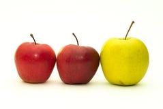 Deux pommes rouges et un vert Photos libres de droits