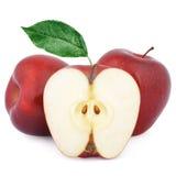 Deux pommes rouges mûres et demi Photographie stock