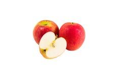 Deux pommes rouges mûres et demi Photo stock