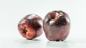 Deux pommes rouges sur le fond blanc image libre de droits