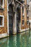 Deux portes au-dessus de l'eau à Venise Images libres de droits