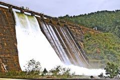 Deux portes d'inondation s'ouvrent à un barrage Photographie stock libre de droits