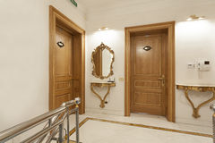 Deux portes en bois dans le couloir d'hôtel Photos stock