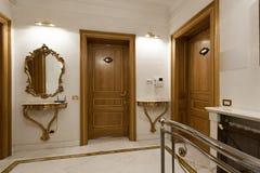 Deux portes en bois dans le couloir d'hôtel image libre de droits