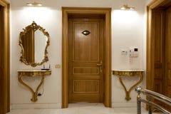 Deux portes en bois dans le couloir d'hôtel Photographie stock libre de droits