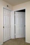 Deux portes intérieures une ouvertes Photographie stock libre de droits
