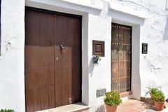 Deux portes uniques d'art à Frigiliana, village blanc espagnol Andalousie Images stock