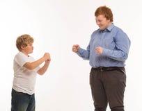 Deux portraits de studio de frères et d'amis de garçons sur jouer blanc de fond Image libre de droits
