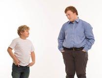 Deux portraits de studio de frères et d'amis de garçons sur jouer blanc de fond Photo stock