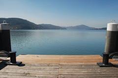 Deux poteaux d'amarrage et le lac Images libres de droits