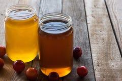 Deux pots de miel photos libres de droits