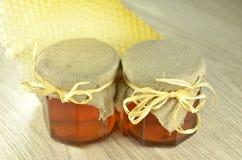 Deux pots de miel délicieux frais avec le nid d'abeilles Images libres de droits
