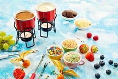 Deux pots de sauce fondue savoureuse à fondue de chocolat Images stock