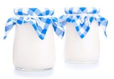 Deux pots en verre de yaourt d'isolement sur le fond blanc Photo libre de droits