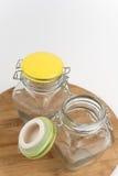 Deux pots en verre vides sur le conseil en bois Photo stock