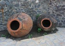 Deux pots géorgiens vides de vin image stock