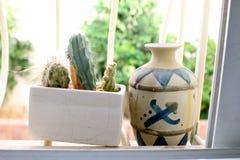 Deux pots sur le rebord de fenêtre photo stock