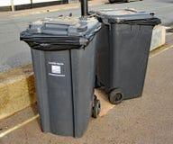 Deux poubelles d'ordures padlocked à un lampadaire sur l'esplanade dans Sidmouth, Devon photographie stock libre de droits