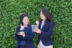 Deux pouces asiatiques de femme d'affaires pour la réussite commerciale en dehors d'o Photographie stock libre de droits