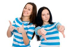 Deux pouces attrayants d'exposition de filles Photo libre de droits