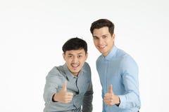 Deux pouces d'hommes vers le haut de pose image stock